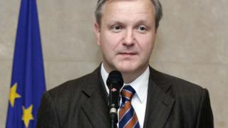 Оли Рен иска ЕК да помогне за освобождаването на медиците