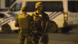 """Полицията в Брюксел """"тършува"""" в """"свърталището на терористи"""" Моленбек"""