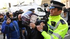 Бащата на Асандж свърза ареста на сина си със заема на МВФ към Еквадор