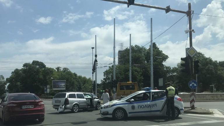 Катастрофа затруднява движението под моста на НДК, съобщава БГНЕС. На