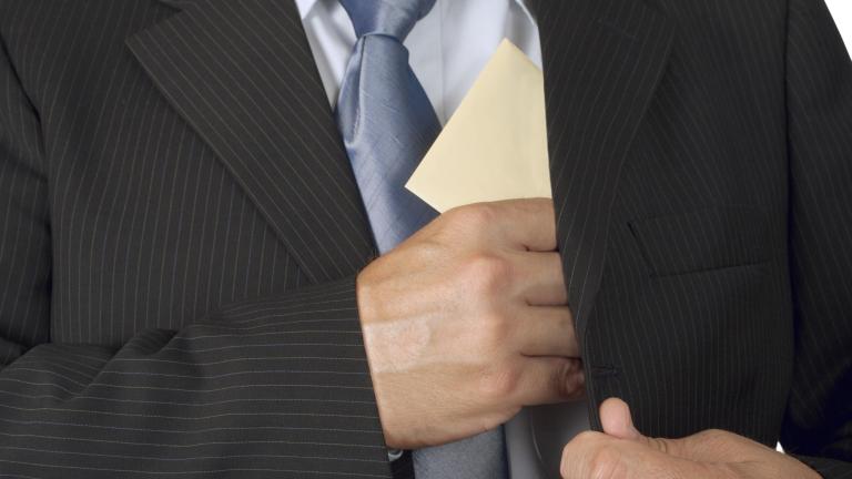 5000 лева подкуп взел директорът на гимназията в Ихтиман