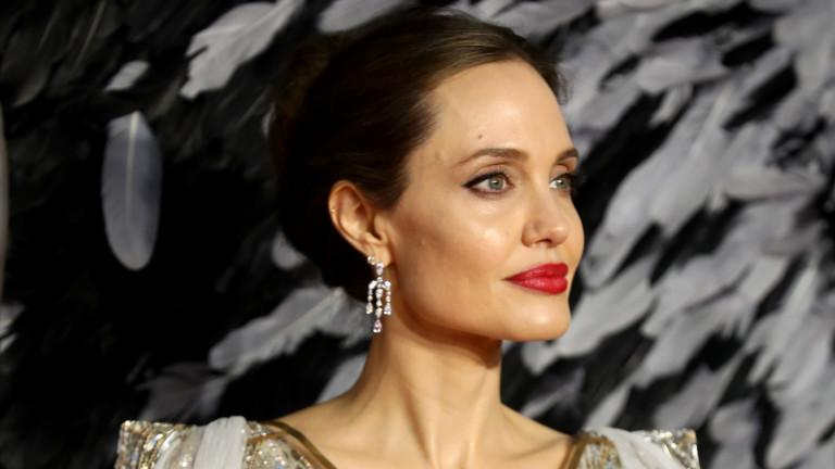 Анджелина Джоли, както не сме я виждали досега