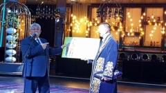 Стойчо Младенов в синя казахстанска носия и горд собственик на млад жребец