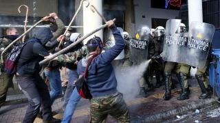 Гръцки фермери се сбиха с полицията в центъра на Атина