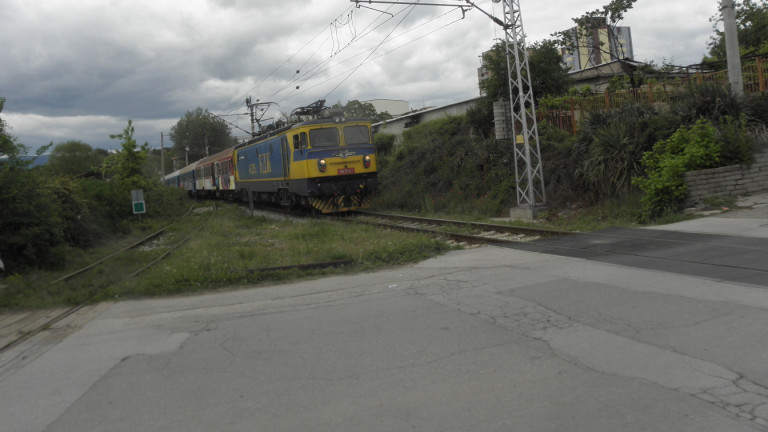 Влак блъсна тир на жп прелез край Мездра