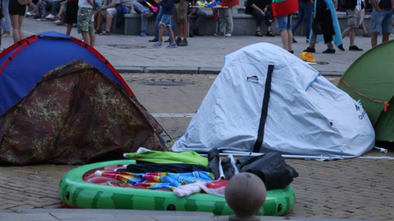 Трима нападнаха с камъни палатковия лагер пред СУ