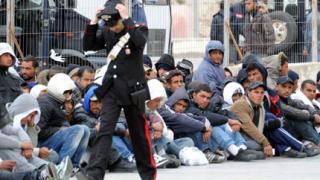 Италия залята от бежанци, иска помощ от ЕС