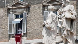 """Папата зове за """"хуманитарни коридори"""" за спасяване на мигранти"""