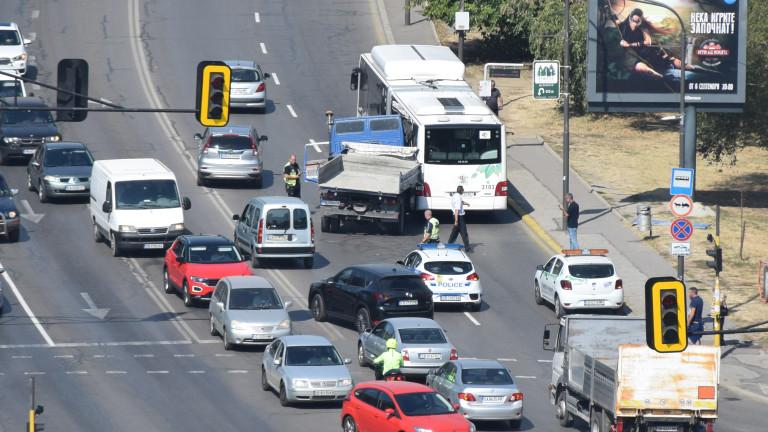 "Верижна катастрофа между тролей и 6 автомобила образува задръстване на бул. ""Сливница"""