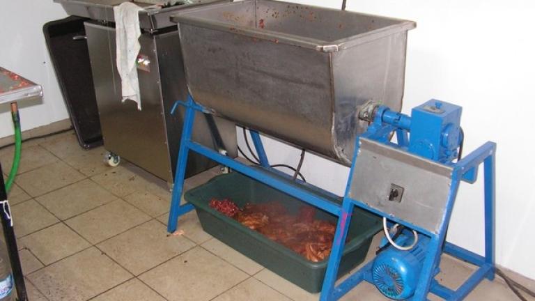 Нелегален цех за алкохол и месо разбиха в Разград
