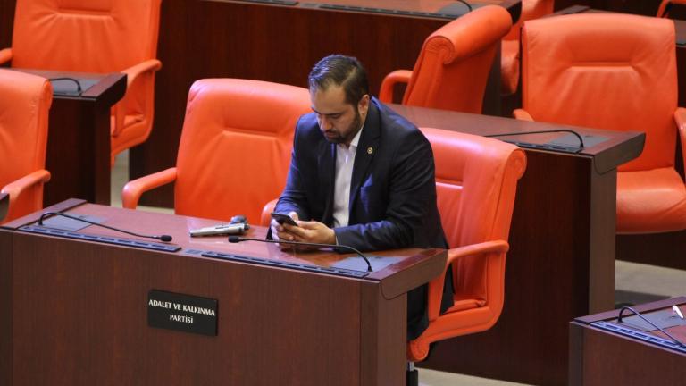 Въоръжен, депутатът Ахмет Берат Конкар се подготвя за заседанието