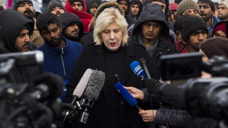 Стотици мигранти и бежанци са в безизходица в импровизиран лагер