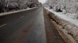 Пътните настилки са предимно мокри, по високите места са частично заледени