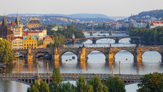 Чехия раздава богатството си на най-бедните и възрастните