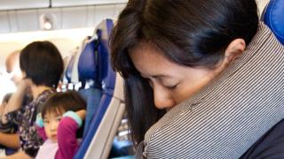 8 трика за удобно спане в самолета