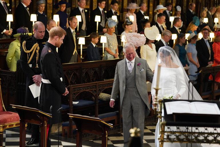 Но стигна до олтара с принц Чарлз под ръка