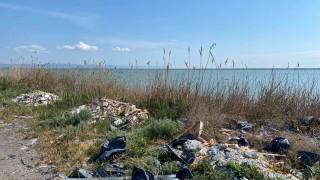 Строителни отпадъци затрупаха бреговете на Поморийското езеро