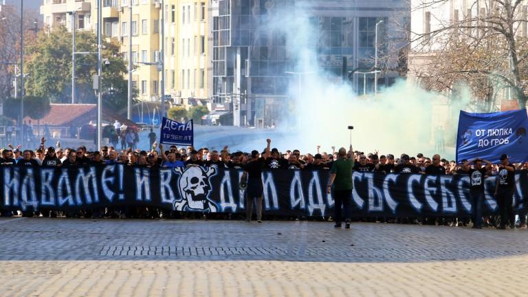 Маскирани фенове на Левски плашили чужденците и Митрев, футболистите искали да напускат?