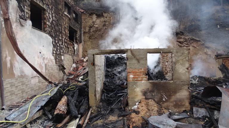 Пожар унищожи барака в пловдивското село Войводино, съобщи МВР. Изпепелената