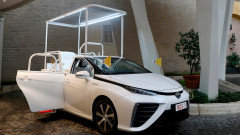 Папа Франциск се качва на водородна Toyota