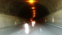 Аварирал бус забави движението край тунел Витиня