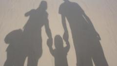 Родители и учители подкрепят баща, който иска децата му да останат с него
