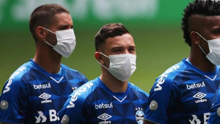 Футболистите на Гремио излязоха на терена с маски. По този