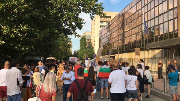 Десетки протестиращи се събраха пред сградата на посолството на Германия