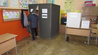По няколко избиратели наведнъж влизали в стаята за гласуване в Буковлък