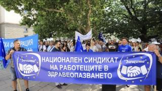 """Протестиращи медици пред МЗ питат: """"Кой предложи Кацаров?"""""""