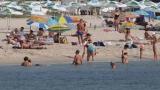 Безплатни чадъри на северния плаж в Бургас