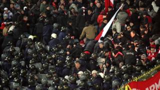Потрошени автобуси и ранени полицаи след мача