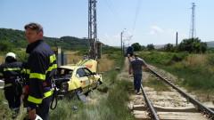 Бърз влак удари кола, навлязла в прелез въпреки сигнализацията
