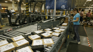 Складови работници съдят Amazon заради Covid-19