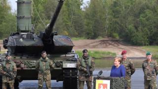 Меркел инспектира войски на НАТО в Германия