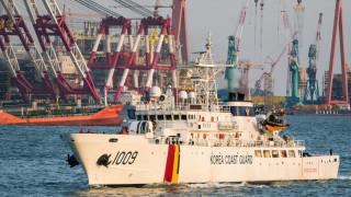 Южна Корея стреля предупредително по плавателен съд на Северна Корея