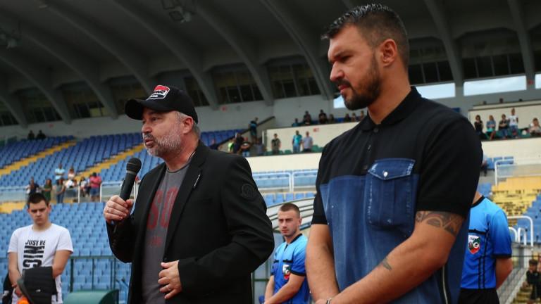 Селекционерът на българския национален отбор Ясен Петров почете легендата на