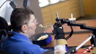 Невропротези позволяват на парализиран мъж да се храни самoстоятелно
