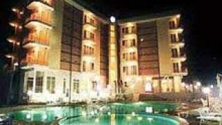 Хотели се обединяват срещу кризата