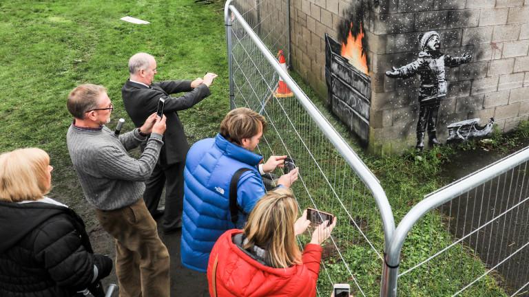 Граждани издигнаха защитна преграда пред графит на Banksy
