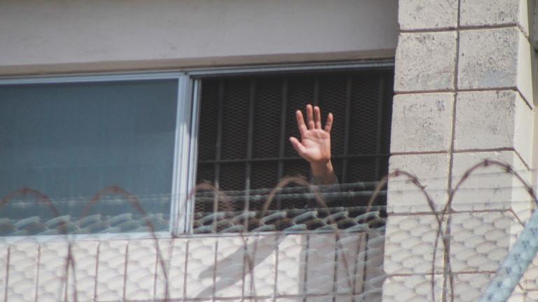 Задържани и заразени: Как COVID-19 удря затворите в САЩ
