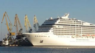 Най-големият круизен кораб за тази година пусна котва в порт Бургас