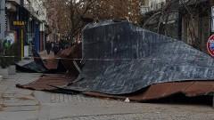 Силният вятър събори покрива на малкия ЦУМ в столицата
