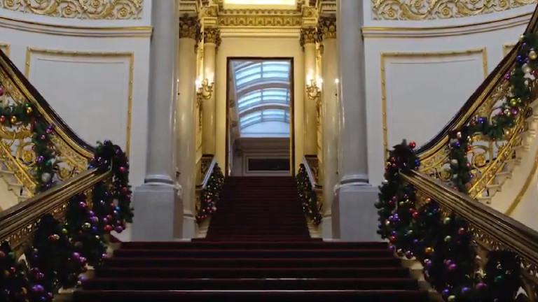 Бъкингамският дворец с пищна коледна украса