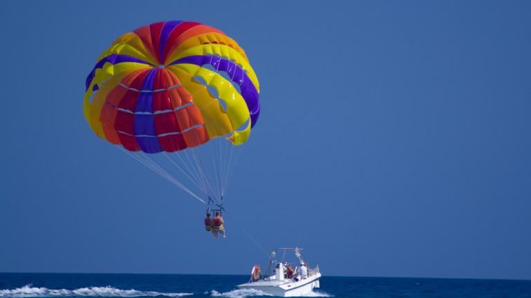 Инцидент с дърпан от моторница парашут на плажа на къмпинг