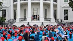 Тръмп събра митинг на моравата в Белия дом,  възобновява кампанията