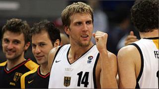 Новицки получава наградата за баскетболист на Европа