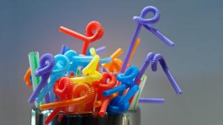 Великобритания готви забрана за пластмасовите сламки