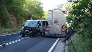 Цистерна, бус и две коли се удариха в Кресненското дефиле