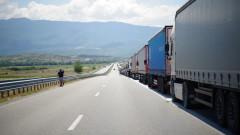 Километрични опашки от тирове се извиха на границата ни със Сърбия